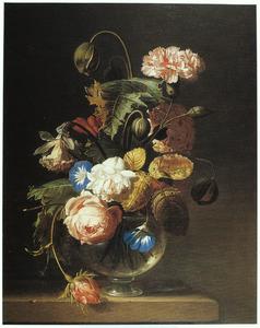 Bloemen in een glazen vaas op een voet