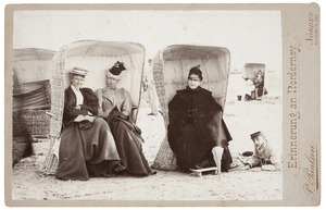 Portret van Henriette Wilhelmine van de Poll (1829-1909), Louise Pauline van de Poll (1857-1943) en Joanna Margaretha Elisabeth van de Poll (1872-1970)
