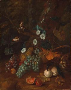 Stilleven met fruit aan de voet van een boom met twee distelvinken