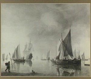 Haven met schepen voor anker bij avondlicht, in de voorgrond een visser met een mand op zijn rug