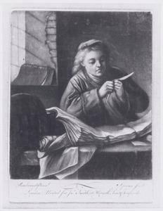 Man versnijdt zijn pen zittend aan een tafel