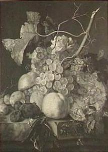 Vruchtenstilleven met druiven, perziken, pruimen en een meloen op een stenen plint