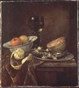 Stilleven met geschilde citroen, zuidvruchten in porseleinen kom, roemer, meloen en gesneden haring op tinnen bord