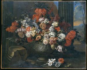 Bloemen in een gedecoreerde vaas in een klassieke ruine