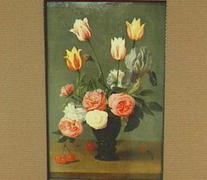 Bloemstilleven van tulpen en rozen in een roemer