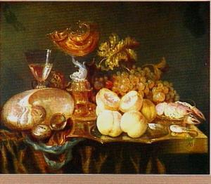 Stilleven met krulbeker, nautilusschelp, perziken, druiven, kreeft, horloge en wijnglas op een donker kleed