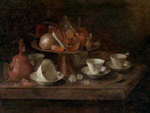 Een Yixing theepot, chinees porseleinen kopjes en een tazza met suikerwerk op een tafel