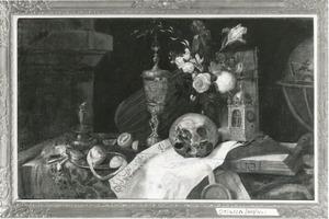 Vanitasstilleven met bloemen, schedel, pronkbeker en lantaarnklok