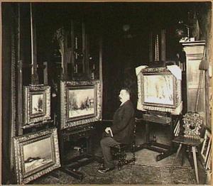 Portret van de schilder Louis Apol (1850-1936) in zijn atelier op de Wilhelminastraat 2A, Den Haag