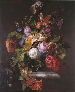 Bloemen in een glazen vaas, naast een tafellaken, op een marmeren tafel