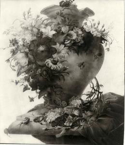 Stilleven van bloemen, gedrapeerd rond een vaas met beschadigde bovenrand, een laken en twee slakken op de hoek van een stenen plint