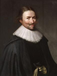 Portret van een man in een zwarte mantel met slappe plooikraag