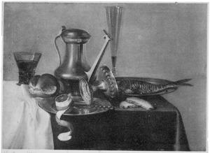 Stilleven met Jan Steen kan en ander vaatwerk, met vis en eenbroodje, op een donker kleed met wit servet