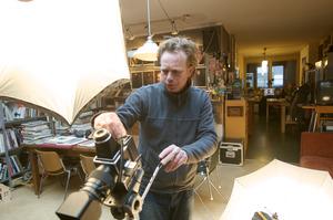 Koos Breukel werkend in zijn atelier
