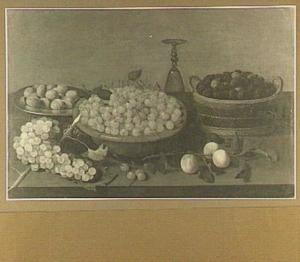 Stilleven van kersen in een aardewerken schaal, bramen in een mand en walnoten op een tinnen bord