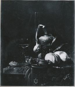 Stilleven met vruchten, glaswerk en zilveren schaaltje met kwabornamenten