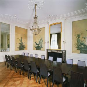 Kamer met neoclassicistische wandafwerking voorzien van een schoorsteen en behangsels met de fabels van La Fontaine