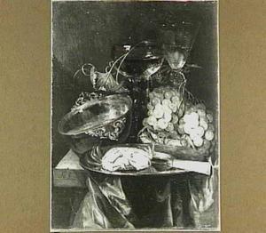 Stilleven met krab, druiven, mes, wijnglazen en tasse de vin