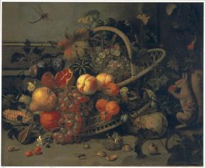 Stilleven met een snoepende eekhoorn en vruchten in en rondom een mand