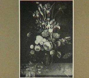 Rozen, irissen en anjers in een glazen vaas op een stenen plint