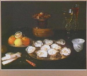 Stilleven met oesters, citrusvruchten, brood, kastanjes en wijnglazen