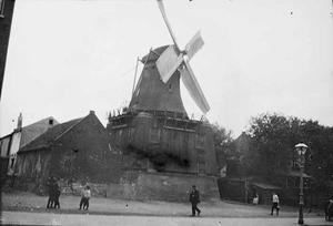 Gezicht op molen 'De Victor' aan de Rozengracht te Amsterdam