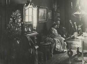 Arnold Marc Gorter (1866-1933) en een vrouw in een woonhuis