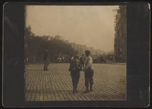 Portret van twee kinderen op de straat