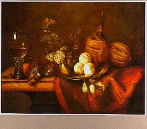 Stilleven met vruchten een roemer en een mandfles op een