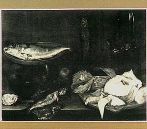 Visstilleven met verse vis, gerookte vis en moten vis, rechts een emmer oesters