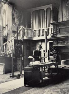 Kees van Dongen in zijn atelier aan de rue de Courcelles, Parijs