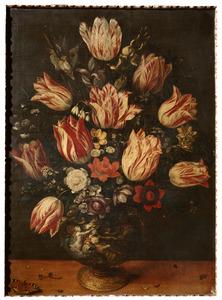 Vaas met tulpen en andere bloemen