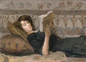 Meisje lezend op een divan