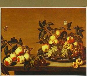 Stilleven van vruchten op een Wan Li-schotel met perziken en pruimen los daarnaast op een tafel