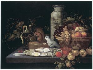 Stilleven met fruit, oesters, een eekhoorn en een papegaai op een stenen tafel