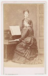 Portret van Elisabeth Rueb (1848-1935) en Mary Rueb (1851-1926)