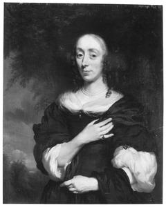 Portret van een vrouw met gekruld haar en granaten juwelen