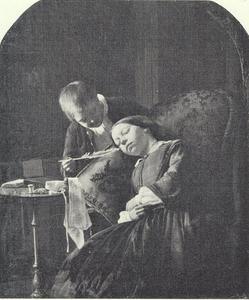 Slapend meisje door een jongetje gekieteld met een veer