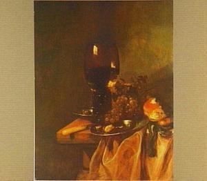 Stilleven met roemer, druiven, horloge en brood op kleed