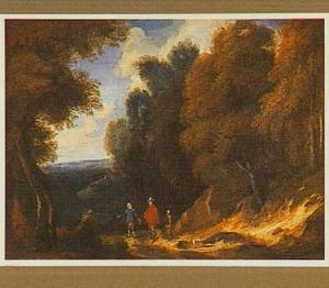 Boslandschap met drie wandelaars en een hond op een zandweg