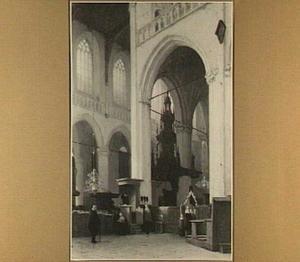 Gezicht in het interieur van de Nieuwe Kerk, preekstoel links