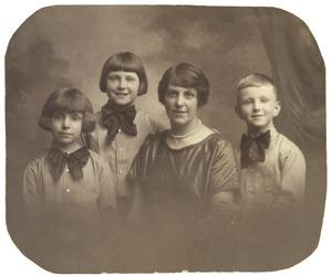 Portret van  Cornelia (Keetje) van Ketwich Verschuur (1886-1975) en haar kinderen