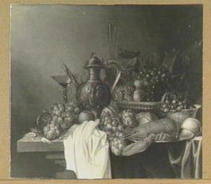 Stilleven van vruchten, kreeft, kruik en glaswerk op een tafel