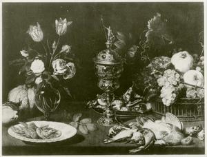 Een stillleven met vruchten, dode vogels, schaaldieren en een vaas met bloemen op een tafel