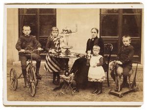 Portret van Hendrika Arnoldina Mecklenbroick (1846-1927) en haar kinderen