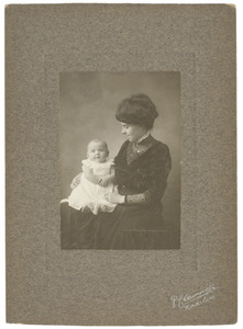 Portret van Johanna Adriana van Rossum (1886-...) en Marian Catharine Gobius (1910-1994)