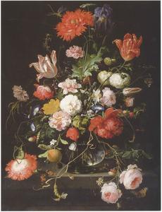 Bloemen in een glazen vaas, met een libelle, op een stenen plint