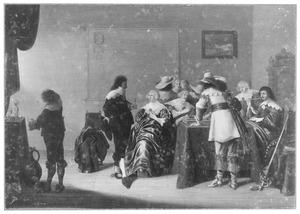 Elegant converserend, drinkend, rokend en triktrakkend gezelschap in een interieur