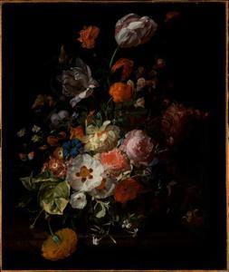 Bloemen in een glazen vaas, op een marmeren plint