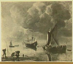 Schepen voor anker met links op de voorgrond drie vissers die mosselen